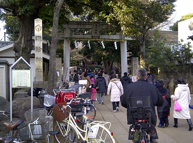 晴天に恵まれた諏方神社の節分祭 – 子供からご年配の方まで大勢の方が訪れていました。