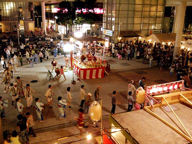 日暮里駅前広場の盆踊り大会